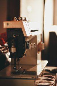 how to thread a sewing machine needle